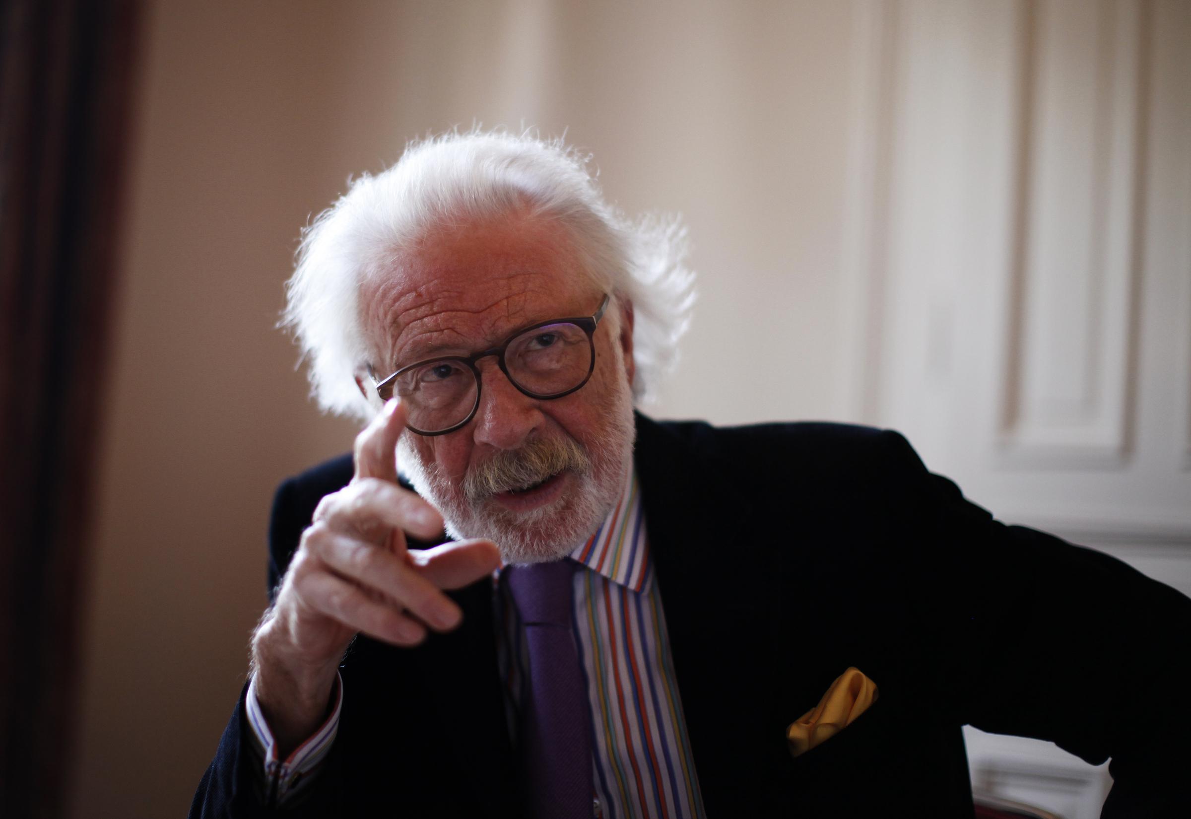 Der Journalist und Autor Fritz J. Raddatz gestikuliert bei einem Gespräch am 17.09.2010 in Hamburg. Am Samstag (03.09.2011)