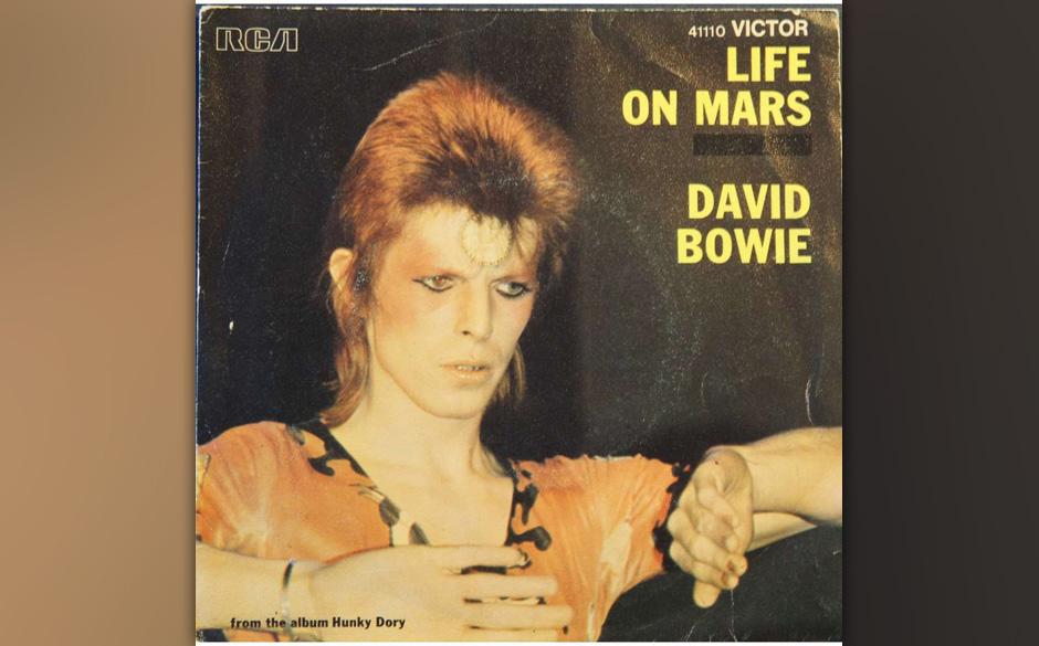 1. Life On Mars?   Ein Feuerwerk. Eine knallbunte Make-Up-Schlacht; der stark geschminkte Meister im hellblauen Anzug. Musika