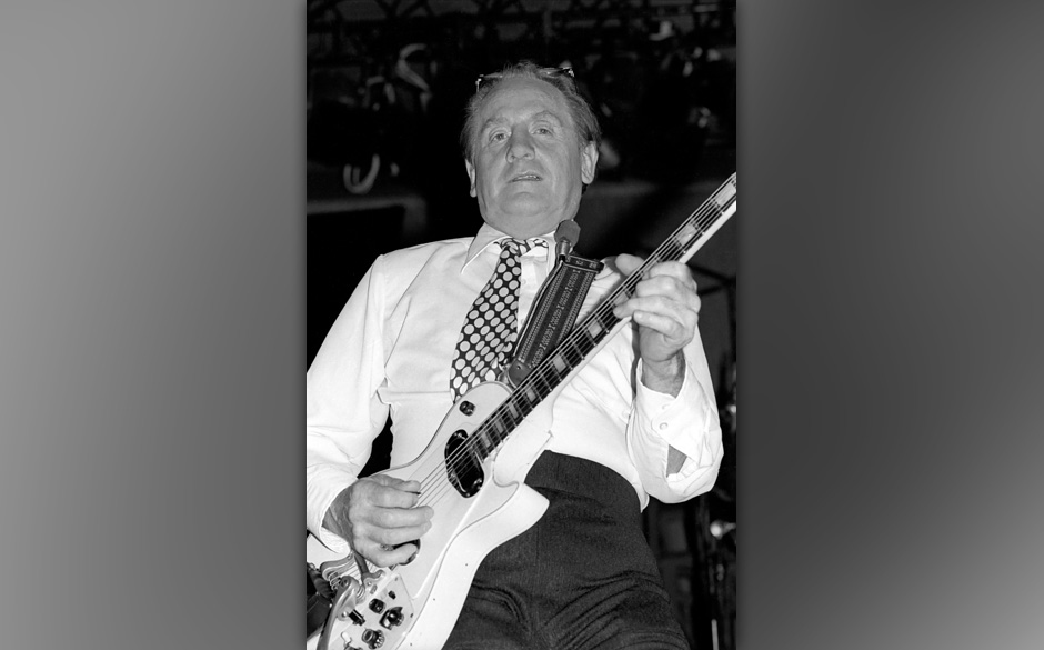 NEW YORK: Les Paul performs live on stage in New York in 1977 (Photo by Richard E. Aaron/Redferns)