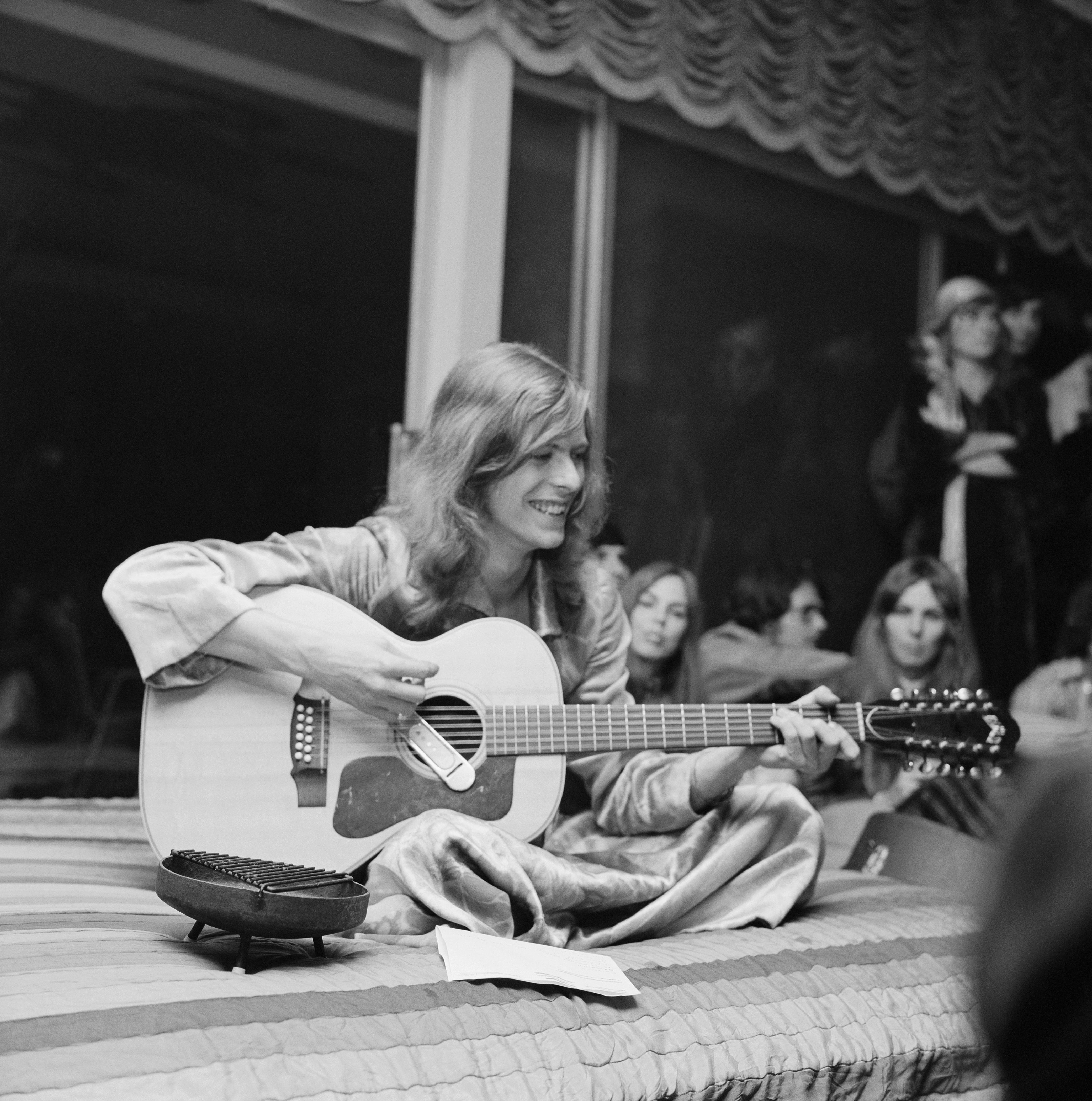 LOS ANGELES - JANUARY 1971:  A pre-glam David Bowie jams at a party thrown by publicist and future nightclub impresario and D