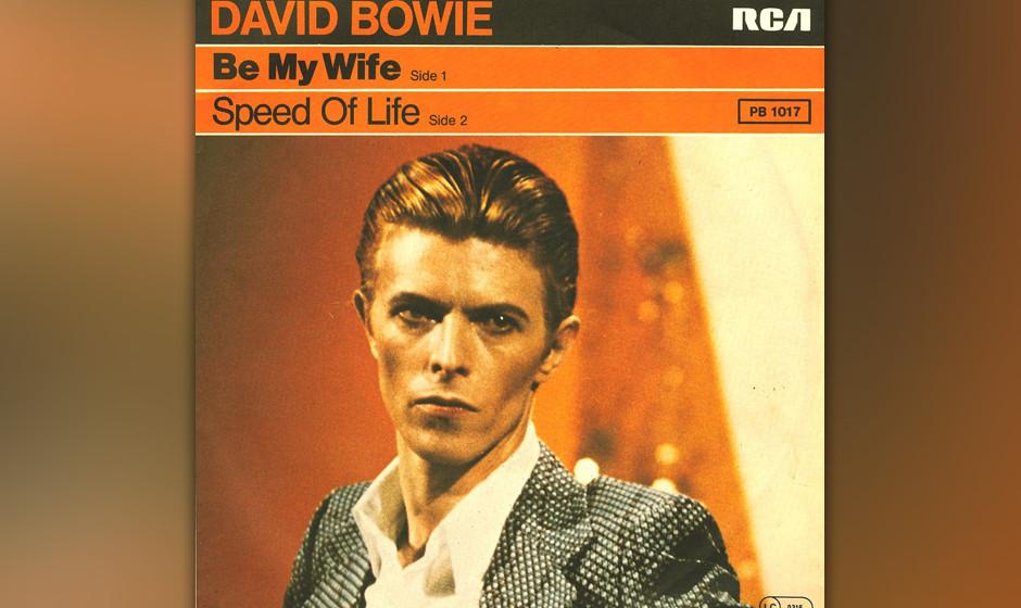"""43. Be My Wife.   Mit sarkastisch-versteinerter Fratze sang Bowie im Video zu """"Be My Wife"""" allein im weiten weißen Raum"""