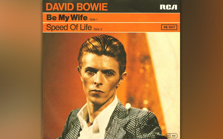 """46. Be My Wife.   Mit sarkastisch-versteinerter Fratze sang Bowie im Video zu """"Be My Wife"""" allein im weiten weißen Raum"""