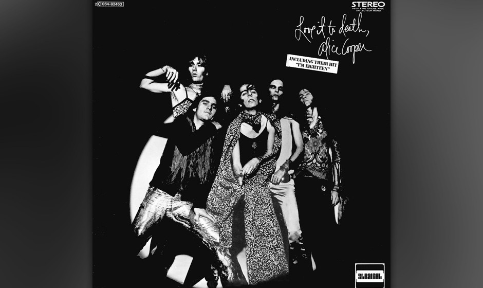 454. Love It To Death: Alice Cooper (1971). Auf der Bühne gab Cooper den Schock-Rocker, der Baby-Puppen den Kopf abriss, doc