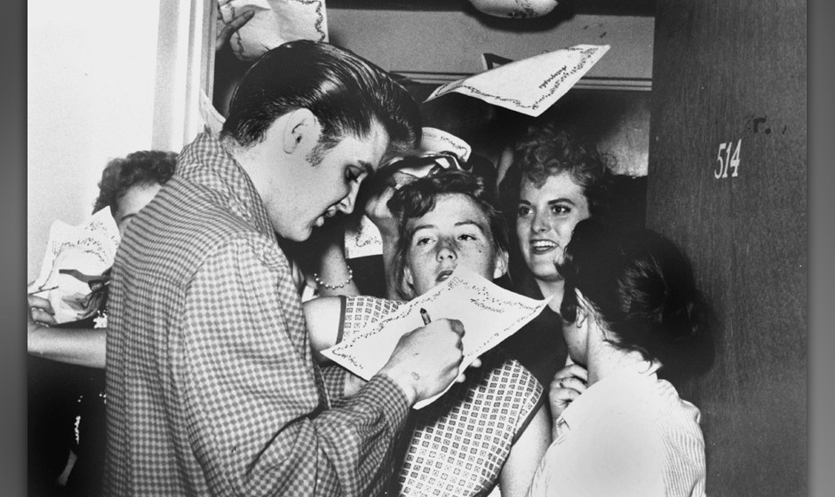 Elvis Presley signant des autographes a ses fans en 1956 Elvis Presley signing autographs to his fans in 1956