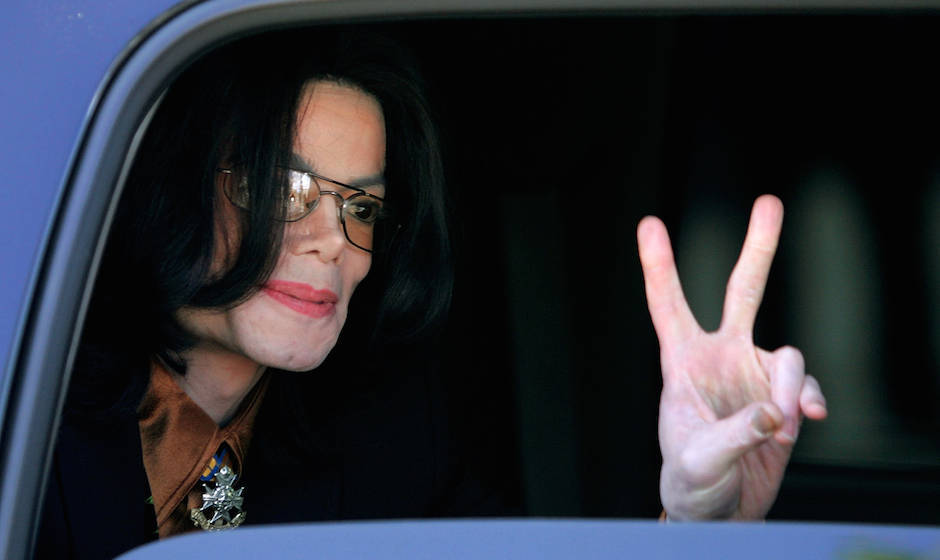 SANTA MARIA, CA - FEBRUARY 24:  Singer Michael Jackson flashes a 'V' sign to fans from inside a vehicle as he departs the San