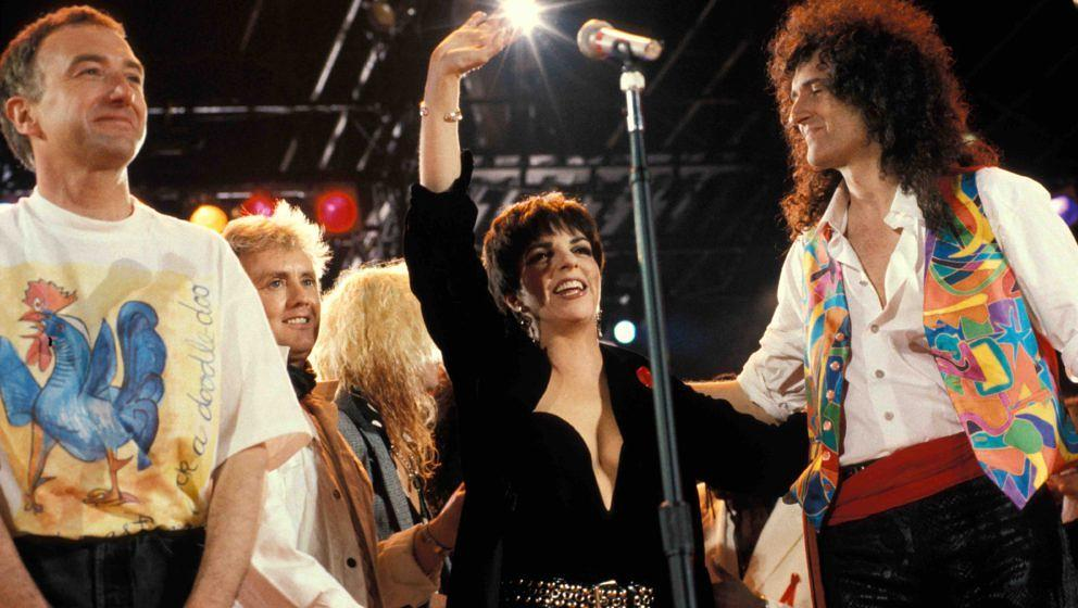 UNITED KINGDOM - APRIL 20:  WEMBLEY STADIUM  Photo of John DEACON and Brian MAY and Liza MINELLI and QUEEN, L-R: John Deacon,