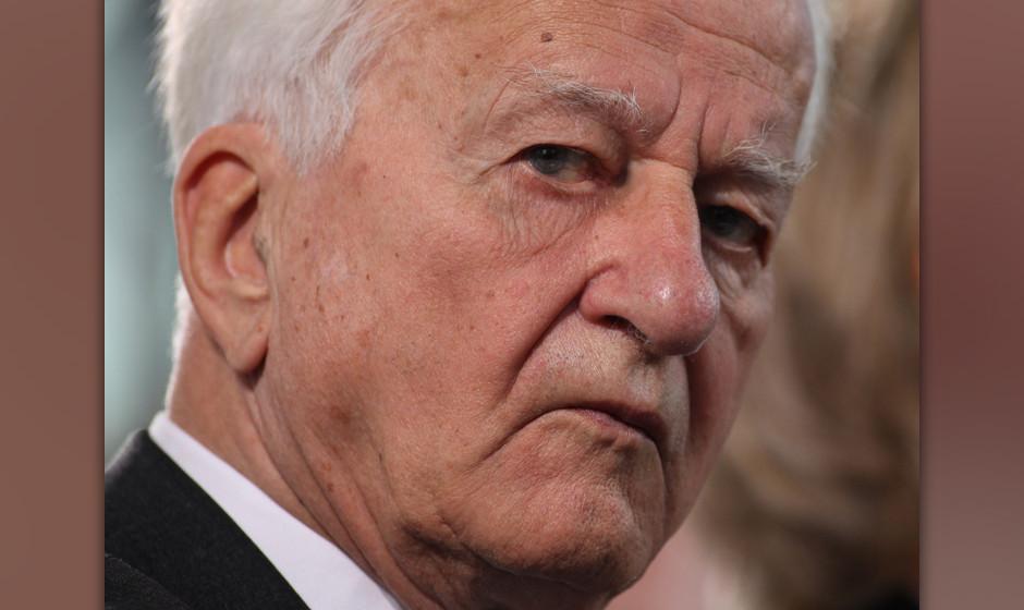 FRANKFURT AM MAIN, GERMANY - OCTOBER 10:  Former German President Richard von Weizsaecker attends the donation ceremony for t