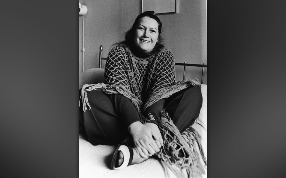 Australian author and educator Colleeen McCullough sits on a bed with her legs crossed, 1977. (Photo by Express Newspapers/Ge