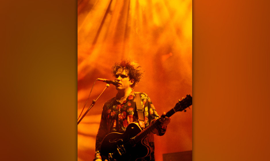 UNITED STATES - MAY 01:  Photo of Robert SMITH and The CURE; Robert Smith performing live onstage  (Photo by Ebet Roberts/Red
