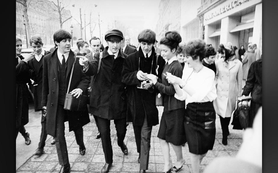 The Beatles: umzingelt von Fans.