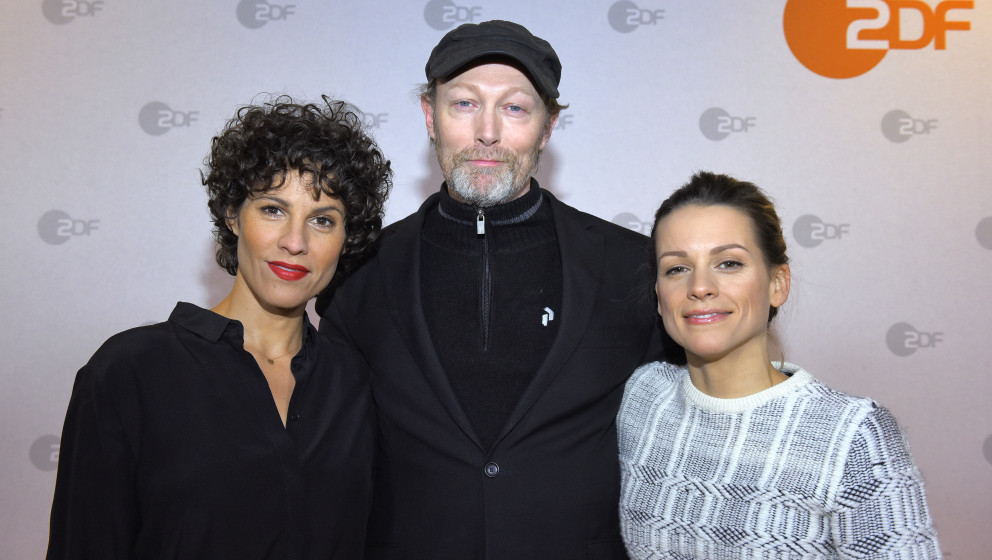 HAMBURG, GERMANY - JANUARY 21:  (L-R) Jasmin Gerat, Lars Mikkelsen and Veerle Baetens attend a photocall of 'The Team' at Ehe
