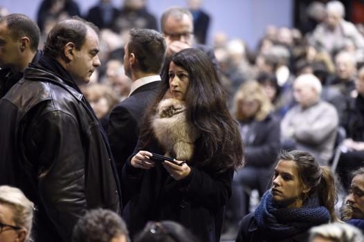 "Zineb El Rhazoui (M.) auf der Beerdigung des ermordeten Stephane ""Charb"" Charbonnier im Januar 2015    (Photo credit should read MARTIN BUREAU/AFP/Getty Images)"