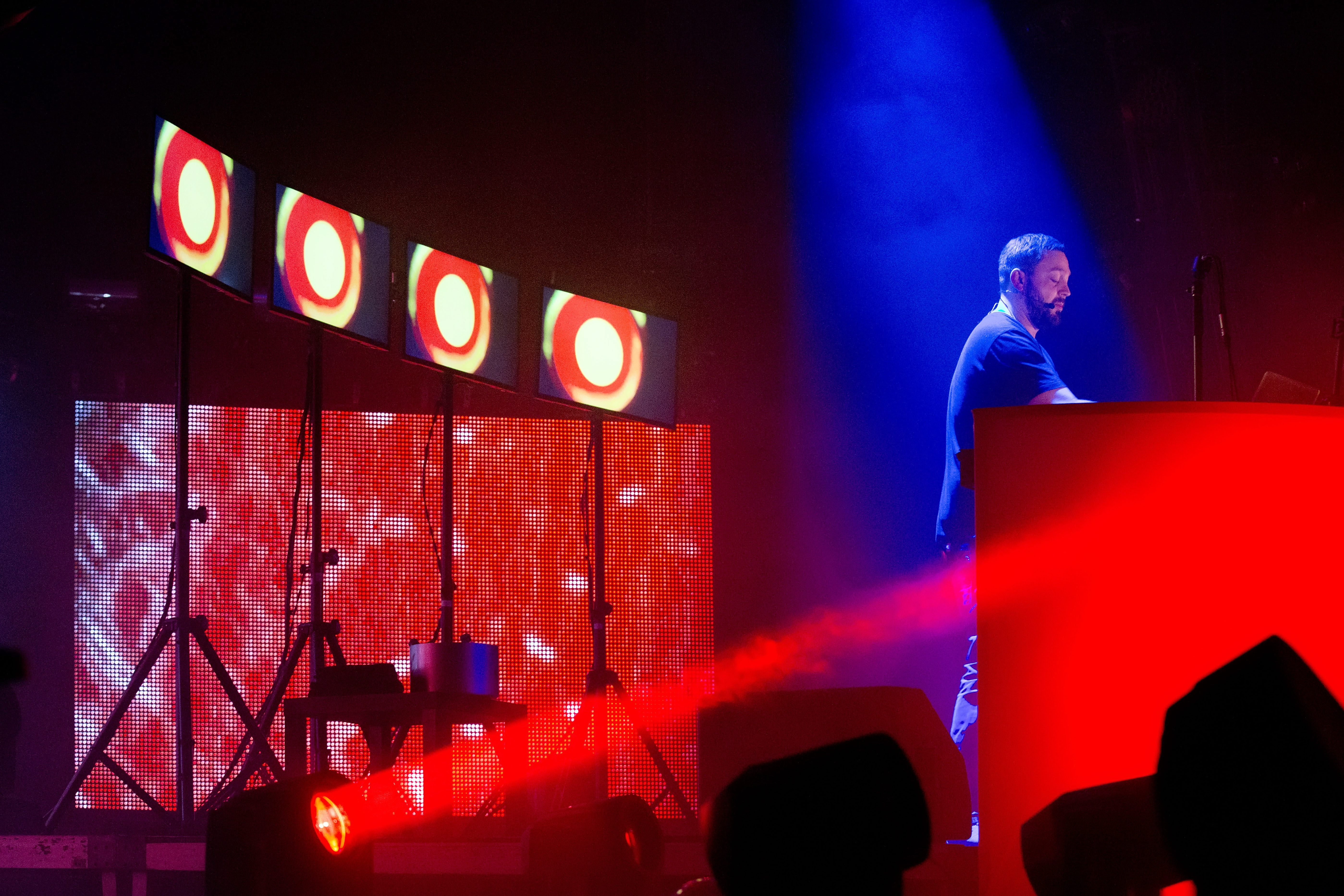 Saenger und Musikproduzent Fritz Kalkbrenner bei einem Konzert in der Columbiahalle in Berlin.