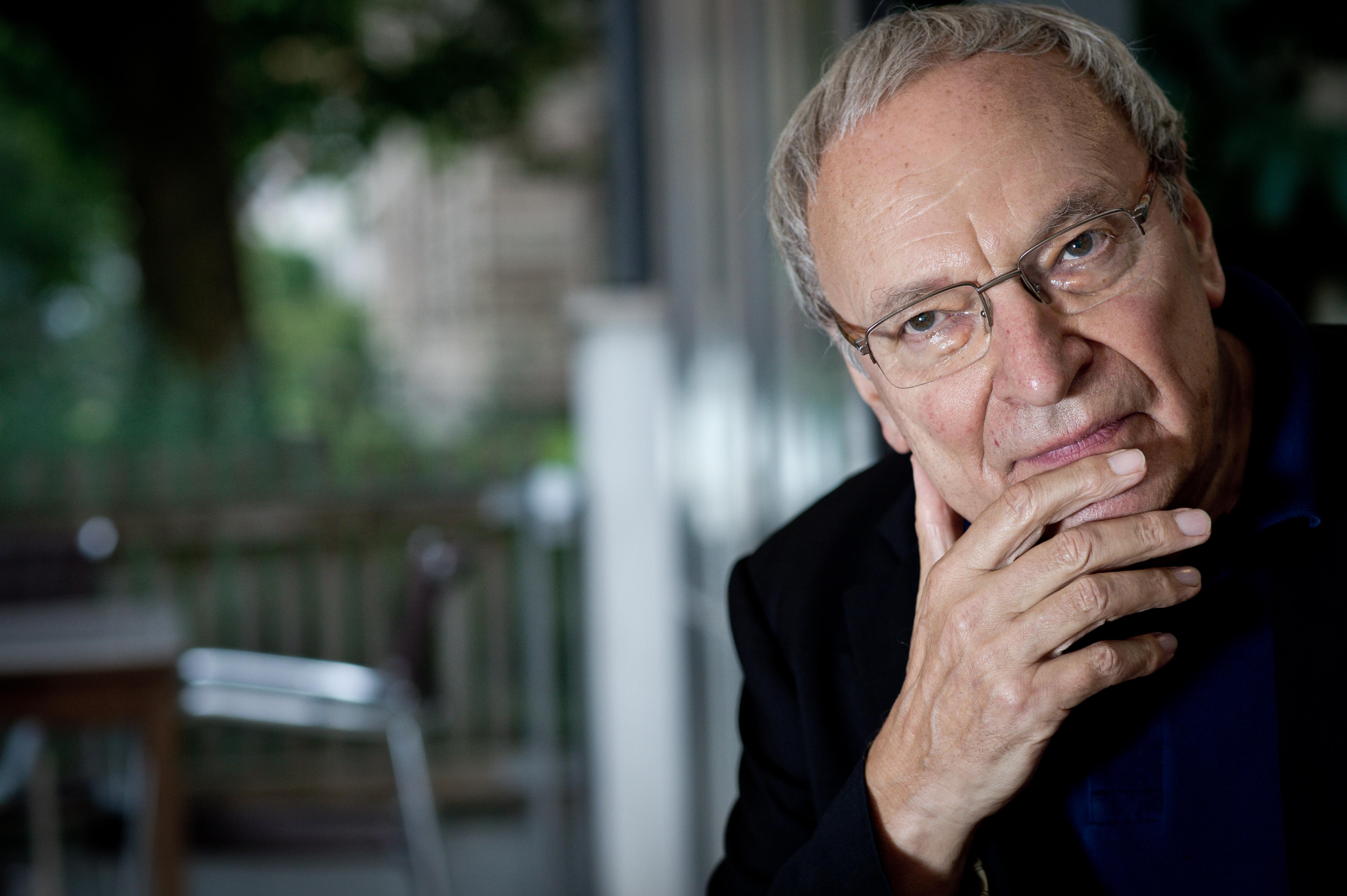 Der deutsche Schriftsteller Uwe Timm, aufgenommen am Freitag (24.08.2012) im Rahmen des Poetenfestes in Erlangen (Mittelfrank