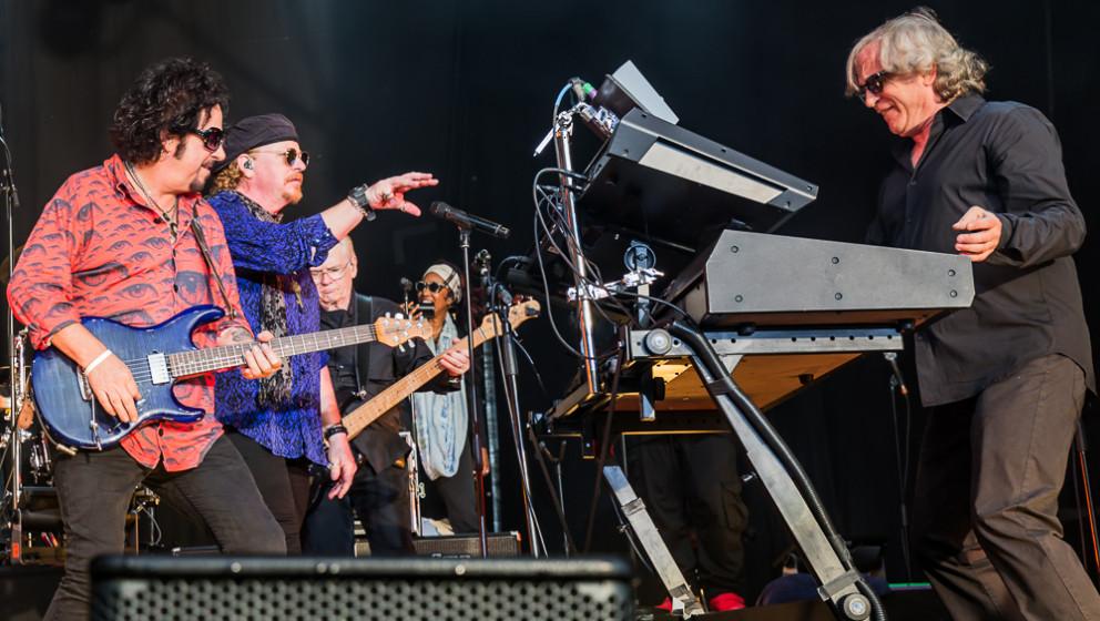 Virtuosität und mitreißende Spielfreude: Gitarrist Steve Lukather, Sänger Joseph Williams und Keyboarder Steve Porcaro