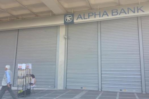 Geschlossene Alpha Bank im Zentrum Athens. Davor verkauft eine Frau Lotterielose (Foto: J. Friese)