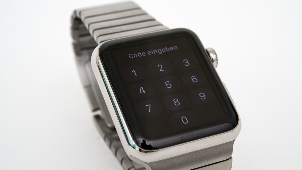 ILLUSTRATION - Eine gesperrte Apple Watch, aufgenommen am 26.05.2015 in Berlin. Zum Entsperren des Displays muss der Code ein