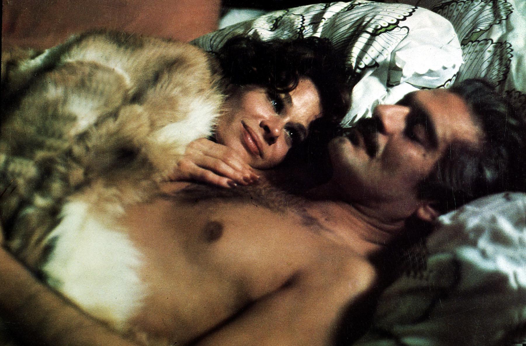 Crime And Passion  (1976) Omar Sharif, Karen Black Der Anlageberater Andre (Omar Sharif) steckt in Schwierigkeiten. Aus Wut u