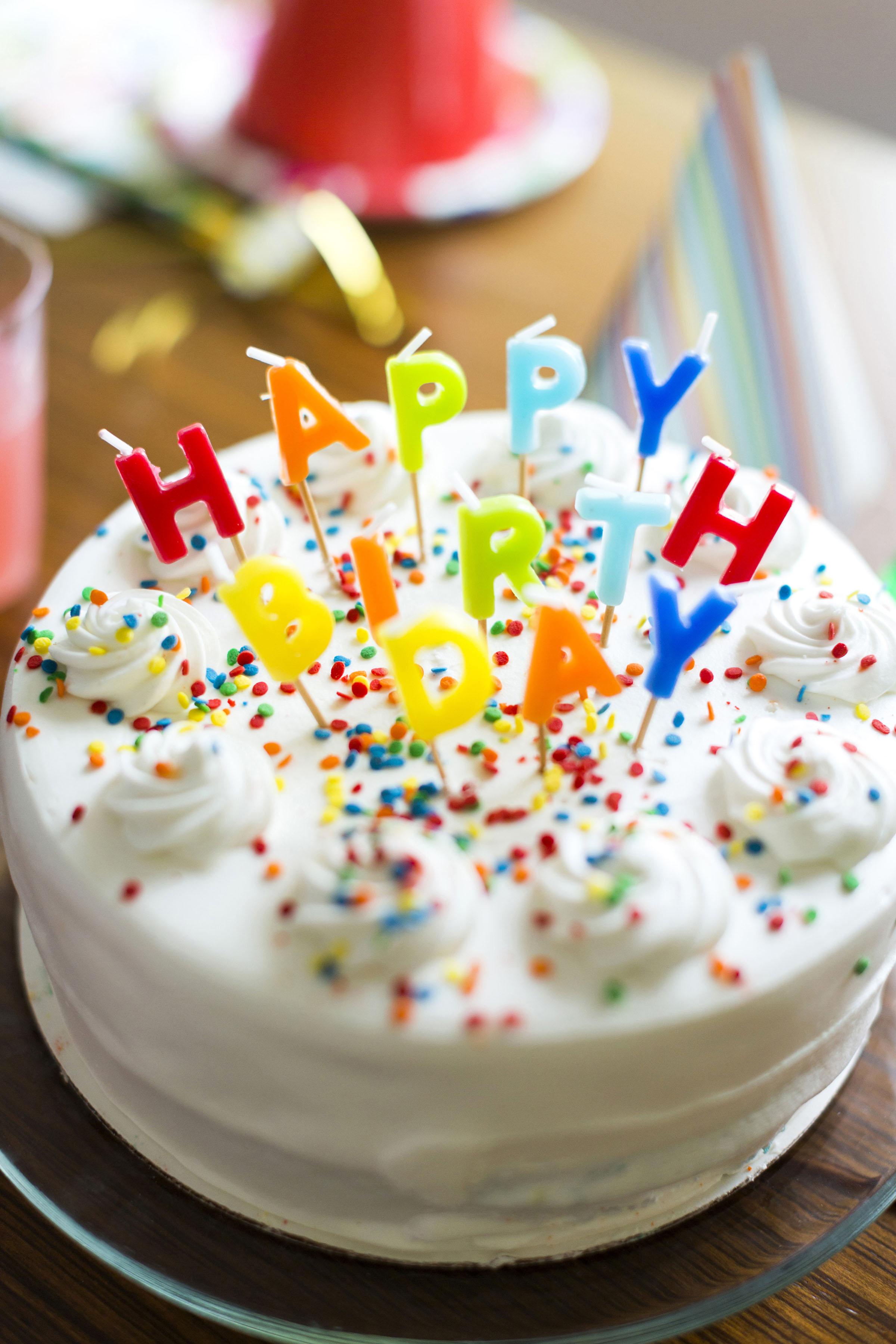 Birthday cake on table Keine Weitergabe an Drittverwerter.