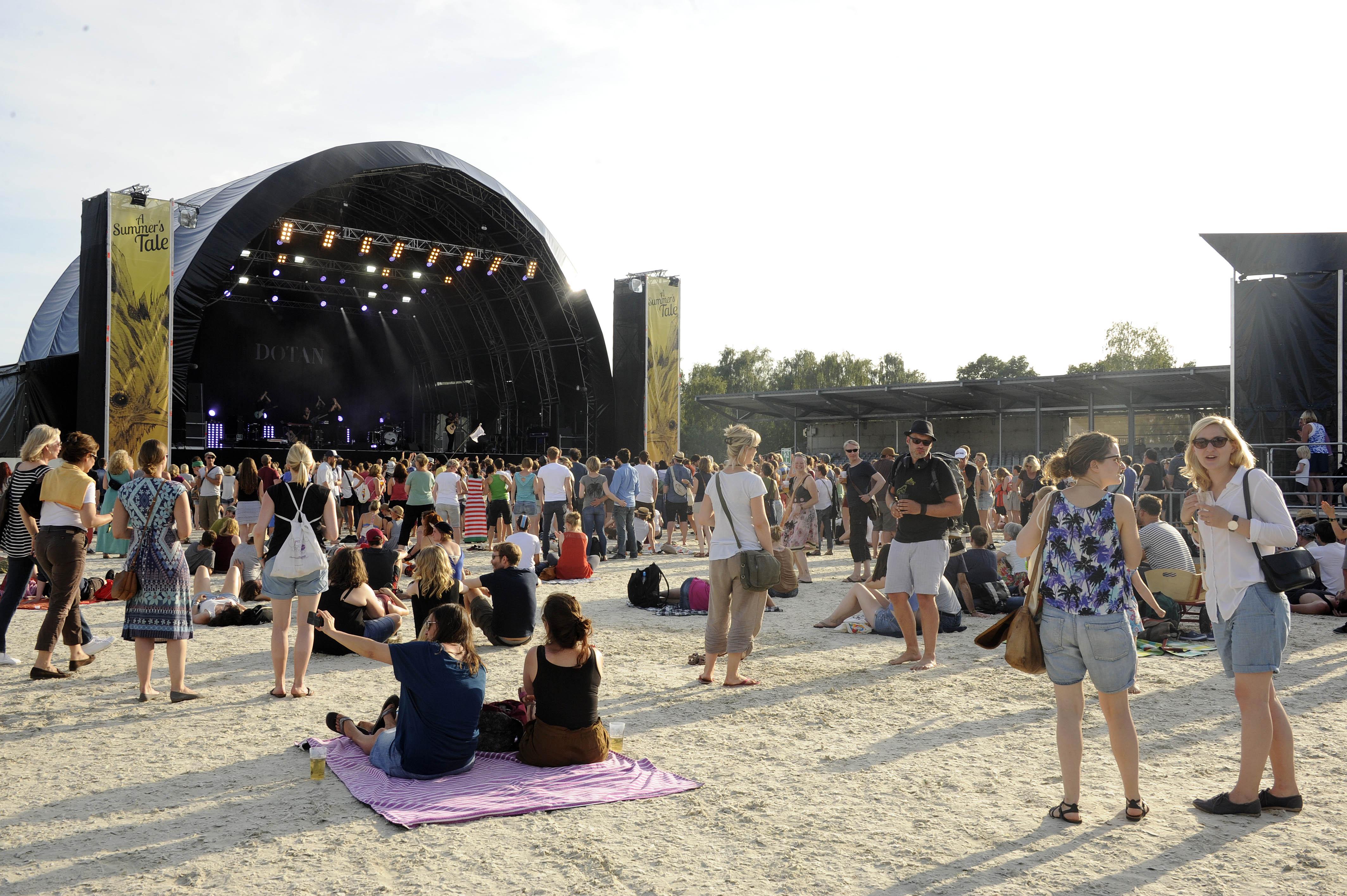 Publikum und Gelaende beim A Summer´s Tale Open Air Festival 2015: Premiere des Festivals in der Lueneburger Heide, Luhmue