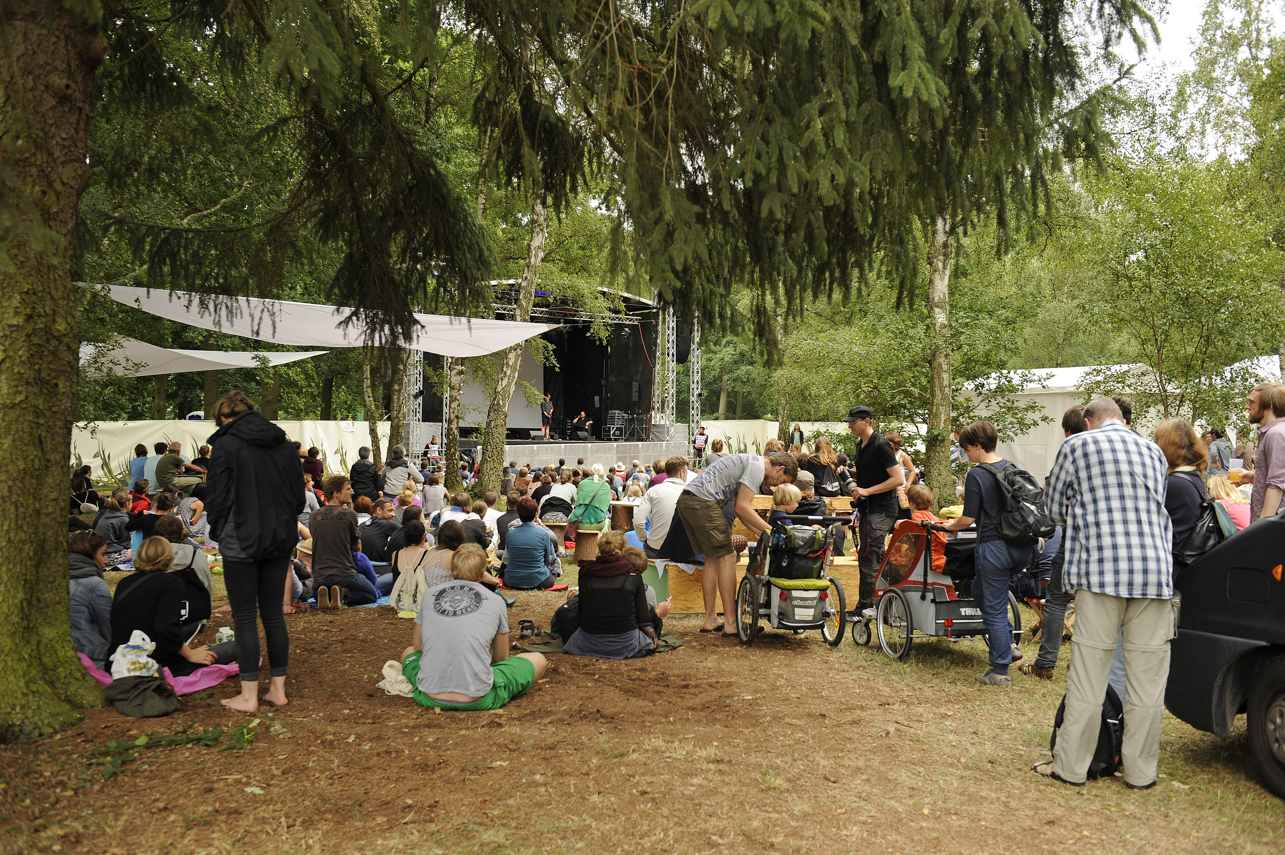 Publikum und Gelaende beim A Summer_s Tale Open Air Festival 2015: Premiere des Festivals in der Lueneburger Heide, Luhmuehle