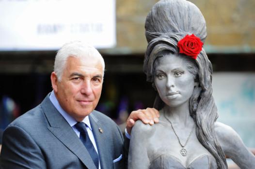 Mitch Winehouse neben einer Statue seiner Tochter.