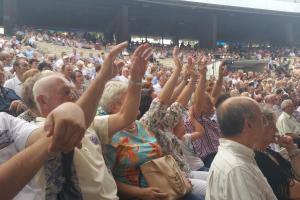 La Ola für Heino: Das Publikum in Oppeln ist angetan (Foto: Julia Friese)