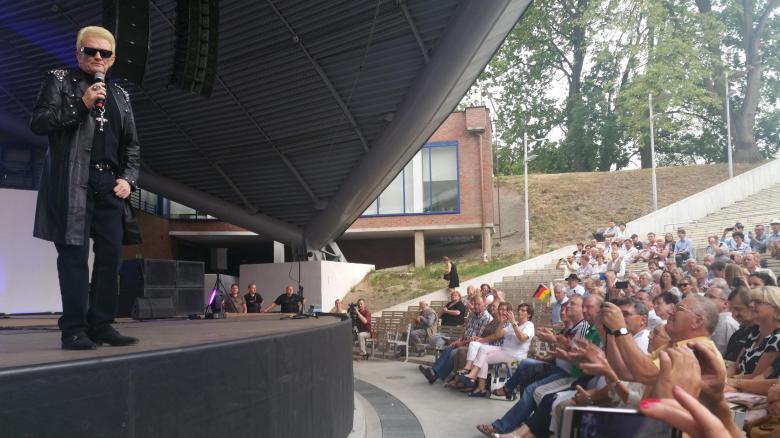 Jetzt neu: Heino in Lack und Leder. Das Publikum im polnischen Oppeln ist irritiert (Foto: Julia Friese)