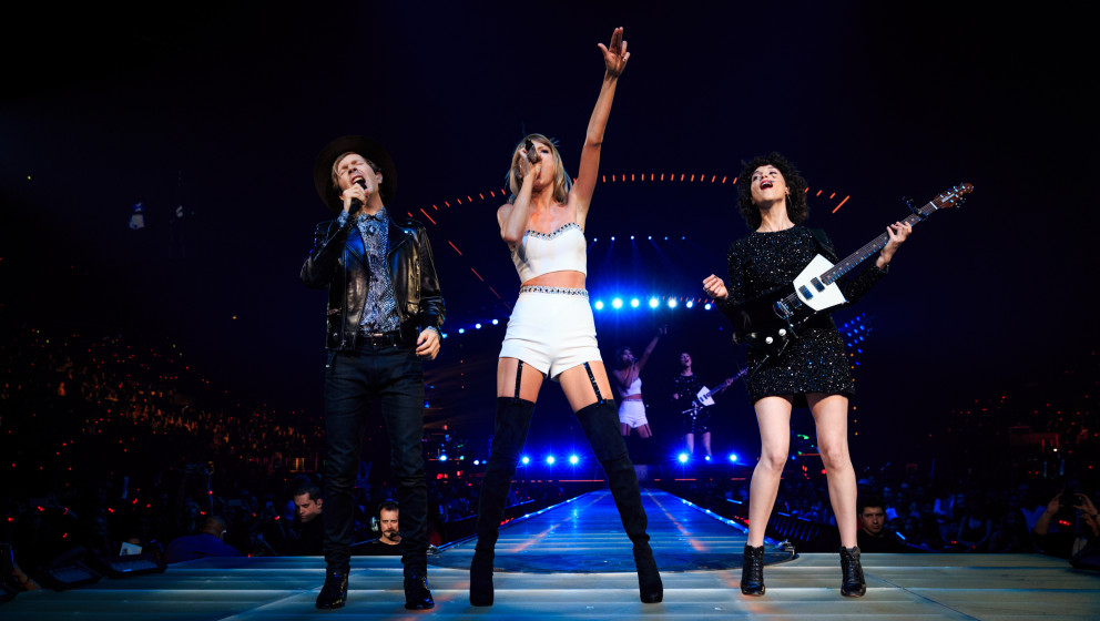 LOS ANGELES, CA - AUGUST 25:  (L-R) Singer-songwriters Beck, Taylor Swift and St. Vincent perform onstage during Taylor Swift