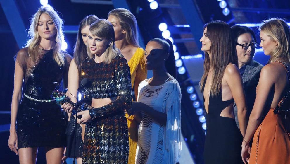 Taylor Swift und der Cast von Bad Blood