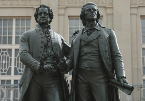In Stein gemeißelter Bildungskanon: Goethe und Schiller (Photo by Sean Gallup/Getty Images)