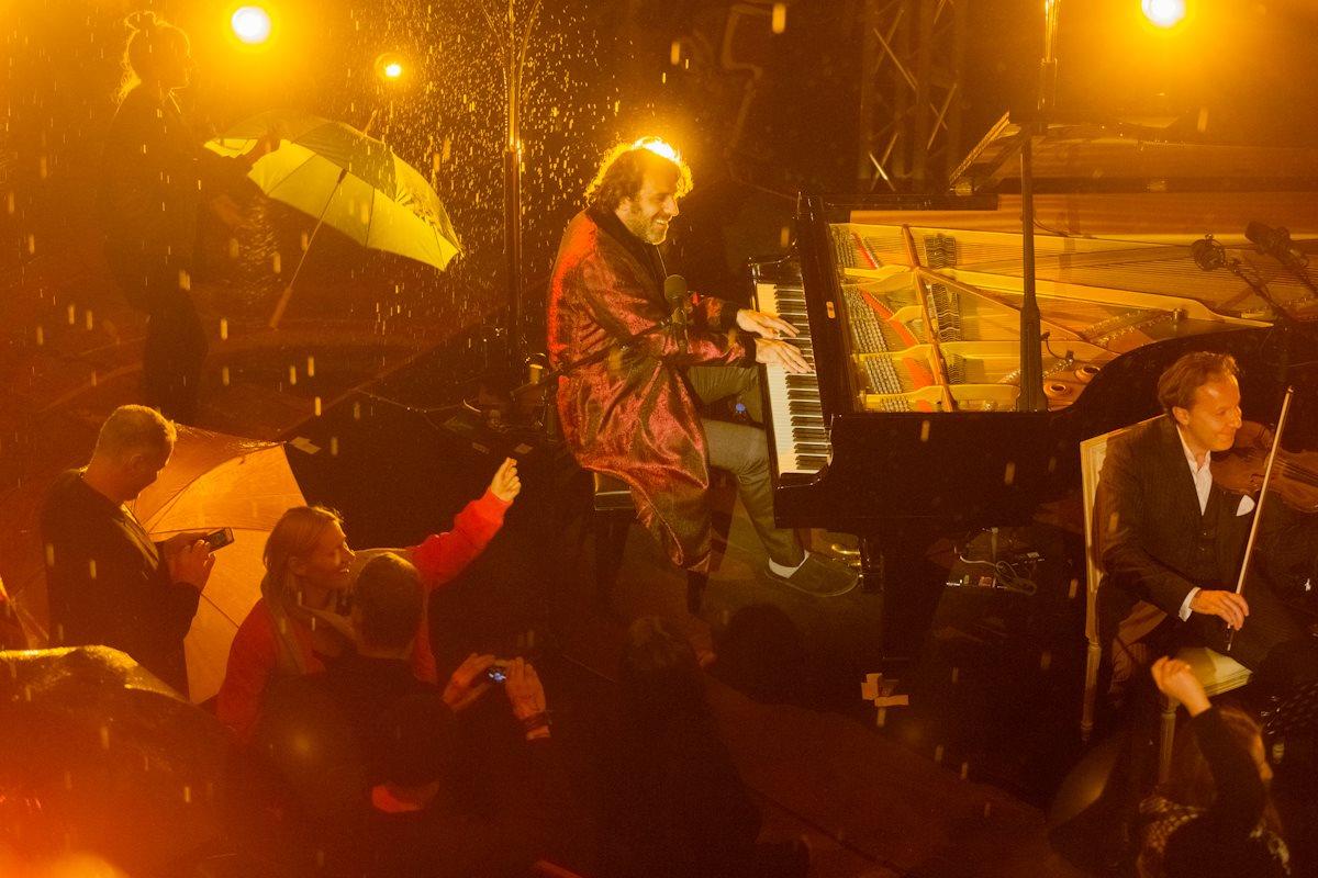 Chilly Gonzales im Regen live auf dem Berliner Teufelsberg