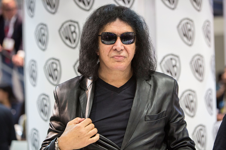 Gene Simmons von Kiss bei einer Autogramm-Stunde.