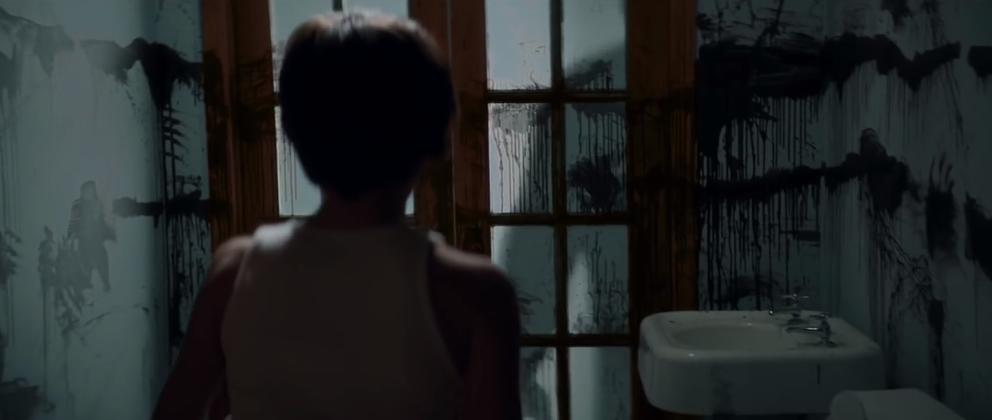 """Eine Mutter zieht in """"Sinister 2"""" mit ihren Zwillings-Söhnen in ein verfluchtes Haus."""