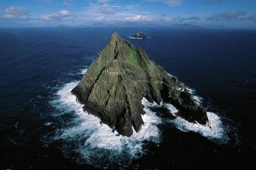 """Die kleine Insel Skellig Michael liegt vor der irischen Küste und nun auch zum """"Star Wars""""-Imperium."""
