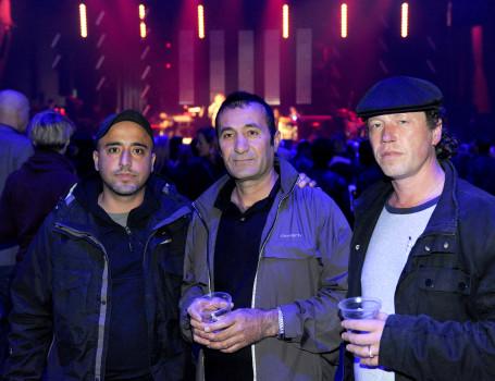 Zusammen mit seinen Betreuern Mustafa (l.) und Dirk (r.) besucht der Flüchtling Aki aus Syrien das