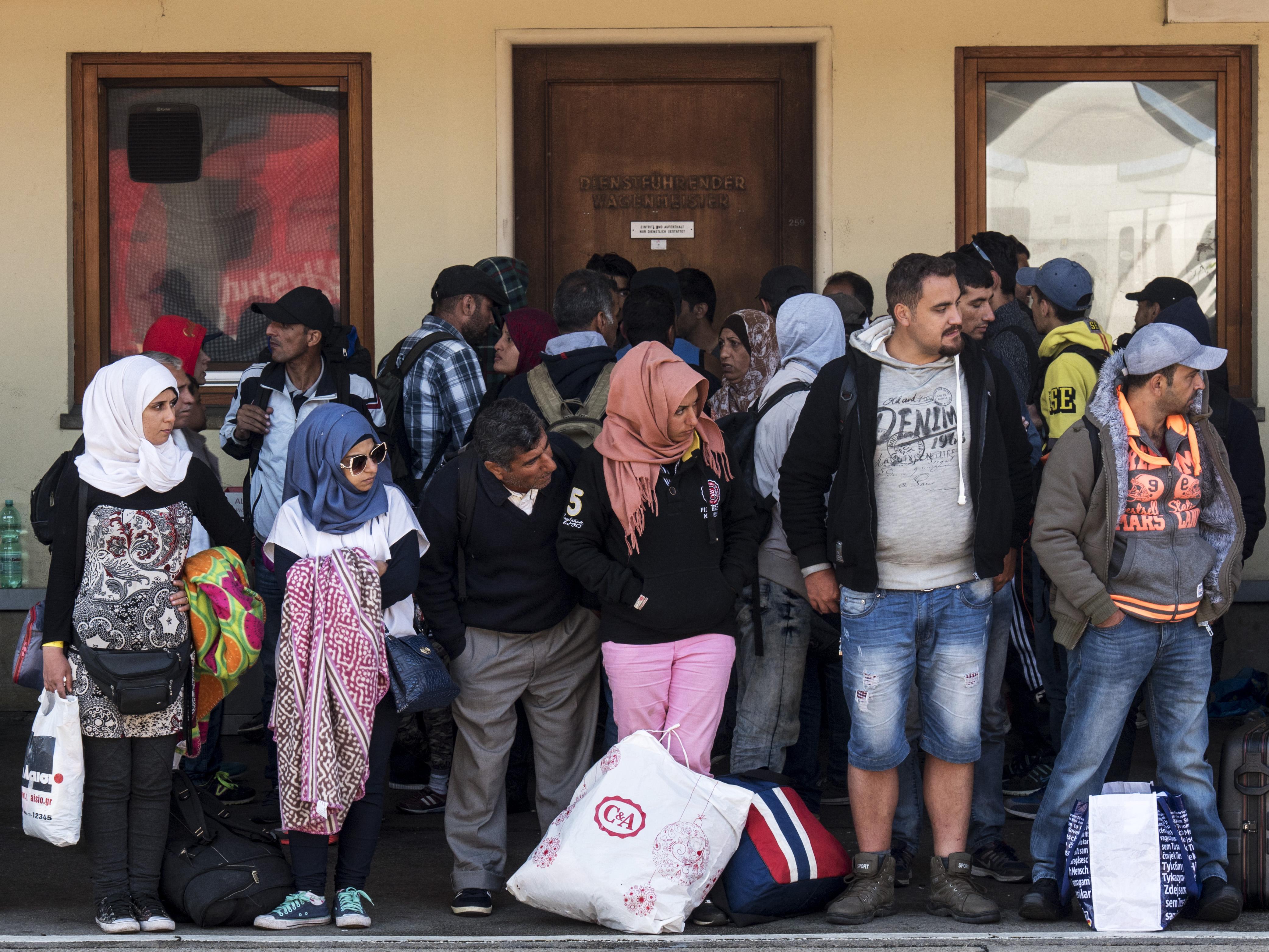 (c) Christian MUELLER - Wien, 10.09.2015 - Wien Westbahnhof, Warten und Versorgen von aus Ungarn kommenden Flüchtlingen. FOT