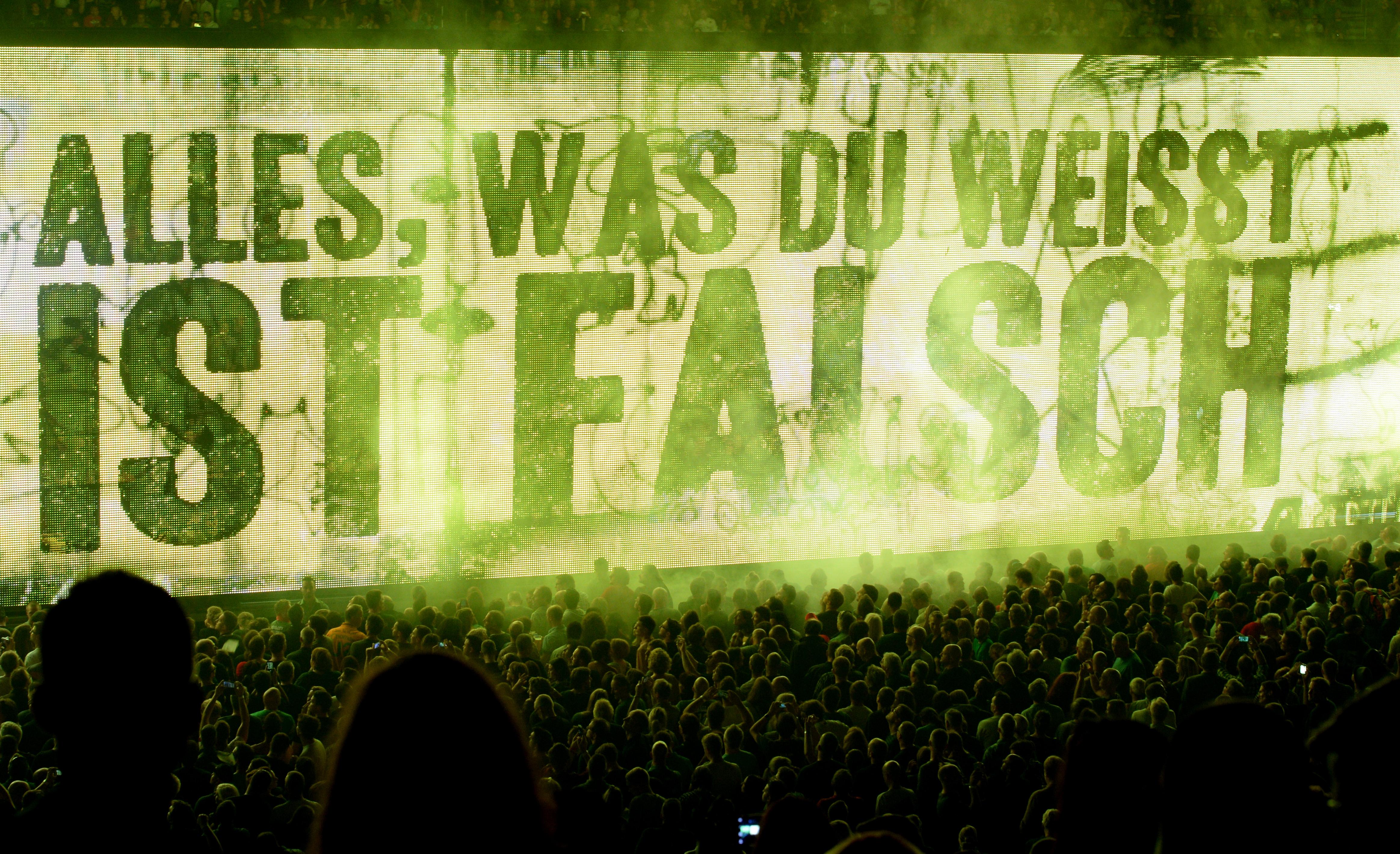 Der Schriftzug «Alles, was du weisst, ist falsch» steht am 24.09.2015 in Berlin in der Mercedes-Benz Arena bei dem ersten v