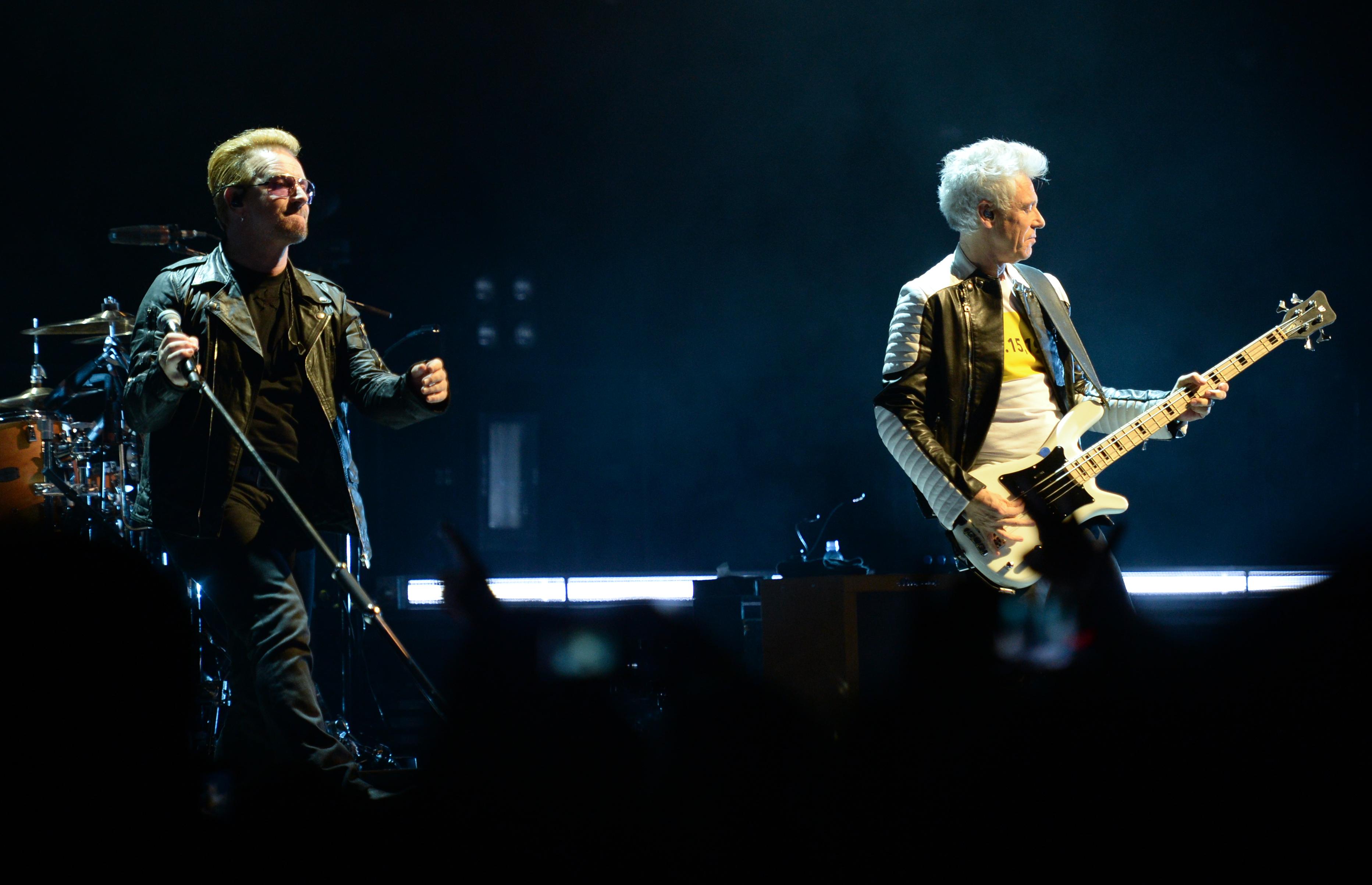 Der Sänger Bono (Paul David Hewson, l) und der Gitarrist David Howell Evans der irischen Rockband U2 stehen am 24.09.2015 in