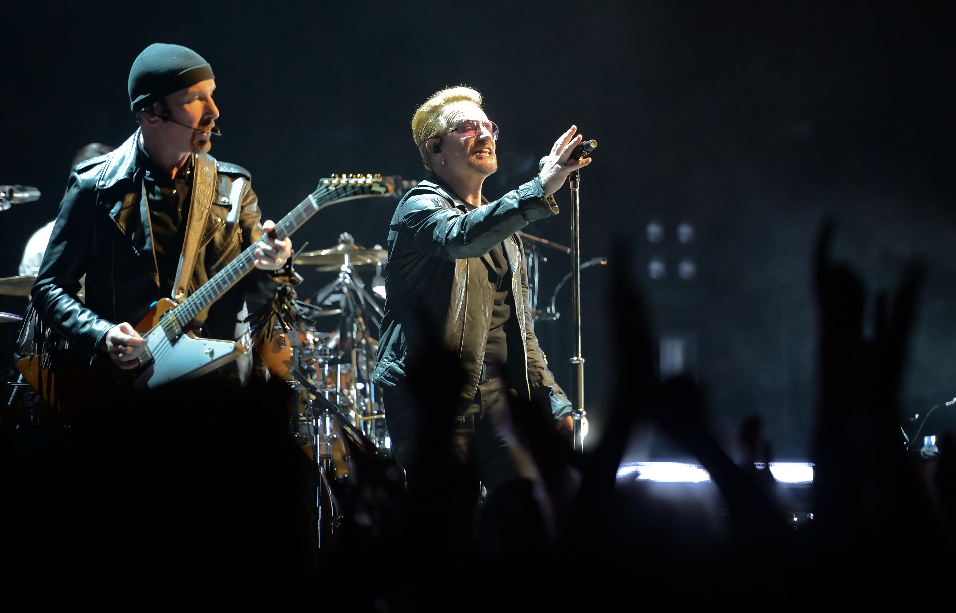 Bassist Adam Clayton (l) und der Sänger Bono (Paul David Hewson) der irischen Rockband U2 stehen am 24.09.2015 in der Merced