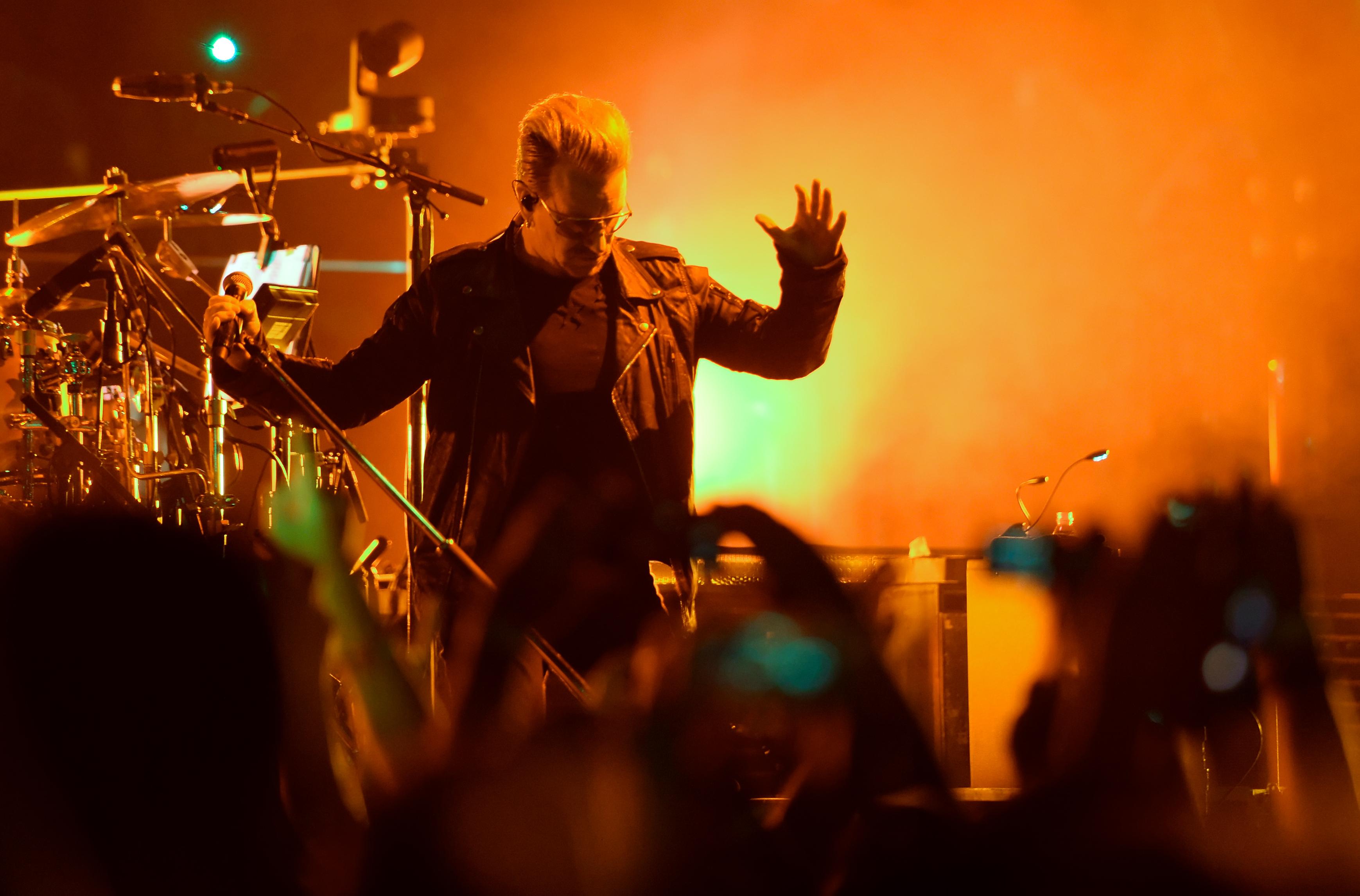 Der Sänger Bono (Paul David Hewson) der irischen Rockband U2 steht am 24.09.2015 in der Mercedes-Benz Arena in Berlin bei de