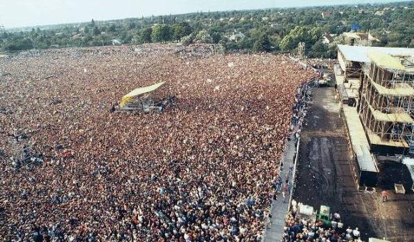 Blick über die rund 150 000 Fans beim Konzert des amerikanischen Rockmusikers Bruce Springsteen am 21. Juli 1988 in Ost-Berlin (DDR).