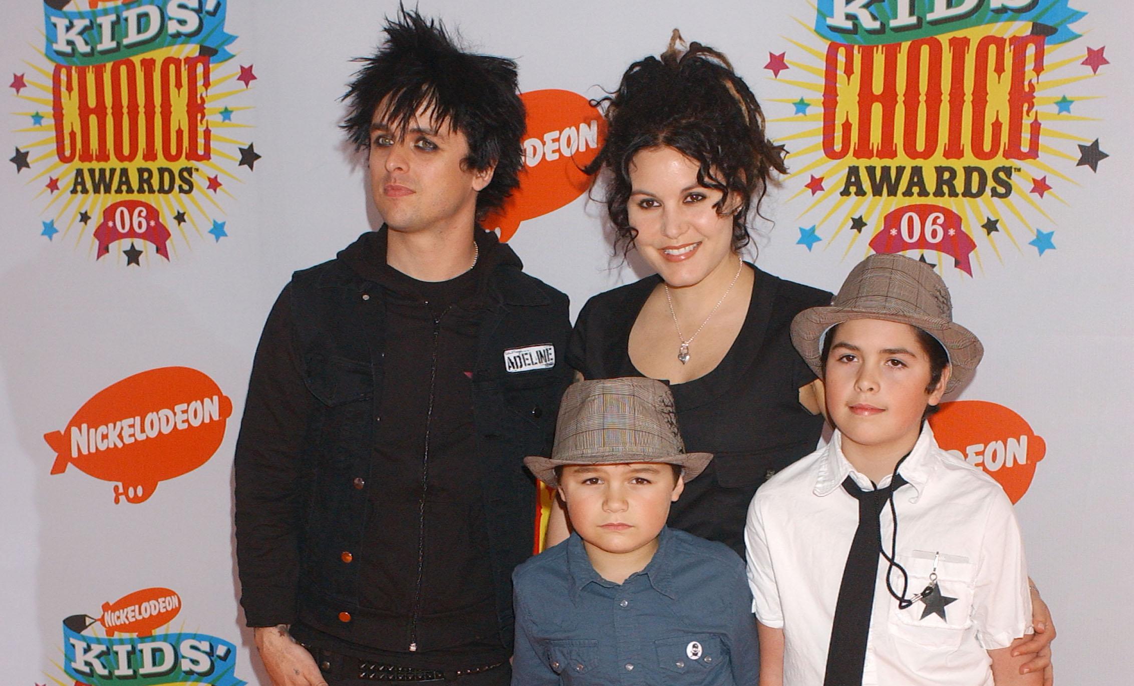 Billie Joe Armstrong mit seiner Frau Adrienne und den Söhnen Jakob (l.) und Joey (r.)