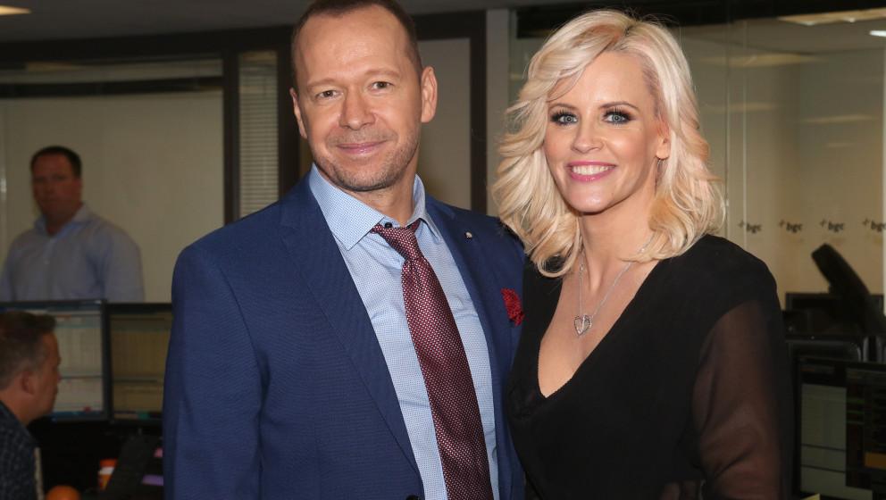 """...und ist heute, mit 46 Jahren, noch als Schauspieler in den Fernsehserien """" Blue Bloods – Crime Scene New York"""" und """"Wahlburgers"""" zu sehen."""