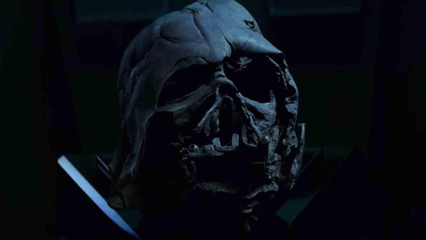 Die geschmolzene Maske von Darth Vader ist in Episode VII im Besitz von Kylo Ren.