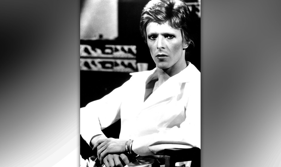 CIRCA 1975:  Musician David Bowie poses for a portrait in the studio in circa 1975. (Photo by Michael Ochs Archives/Getty Ima