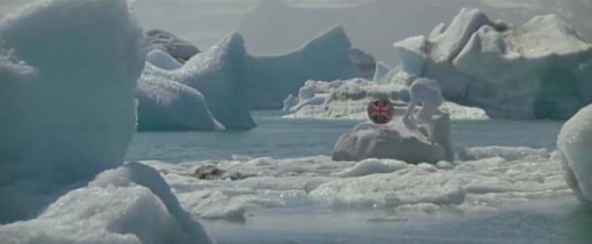 """""""Im Angesicht des Todes"""" von 1985 präsentiert ein gut getarntes Eisberg-Boot, das natürlich mit einem luxuriösen Bett für Stacey Sutton und Roger Moore ausgestattet ist."""