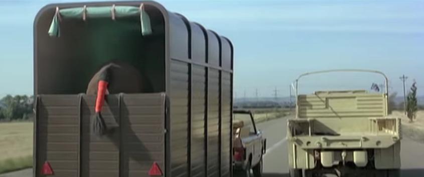 """Dieser Pferdewagen aus """"Octopussy"""" sieht natürlich unscheinbar aus, enthält aber sogar ein Flugzeug, mit dem Bond von seinen Verfolgern fliehen kann."""
