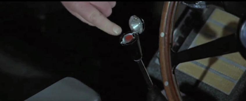 """Drücken oder nicht? In """"Goldfinger"""" (1964) wird ein Mechanismus ausgelöst, der den Beifahrersitz von Bonds Aston Martin in einen Schleudersitz verwandelt."""