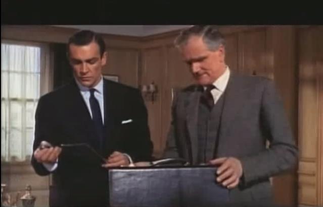 """In """"Liebesgrüße aus Moskau"""" (1963) gibt es einen Aktenkoffer, der statt langweiliger Dokumente an der Seite ein Messer für James Bond bereit hält."""